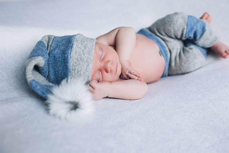 A criança recém-nascida está dormindo, sonhos doces do bebê pequeno, sono saudável, recém-nascido fotos de stock