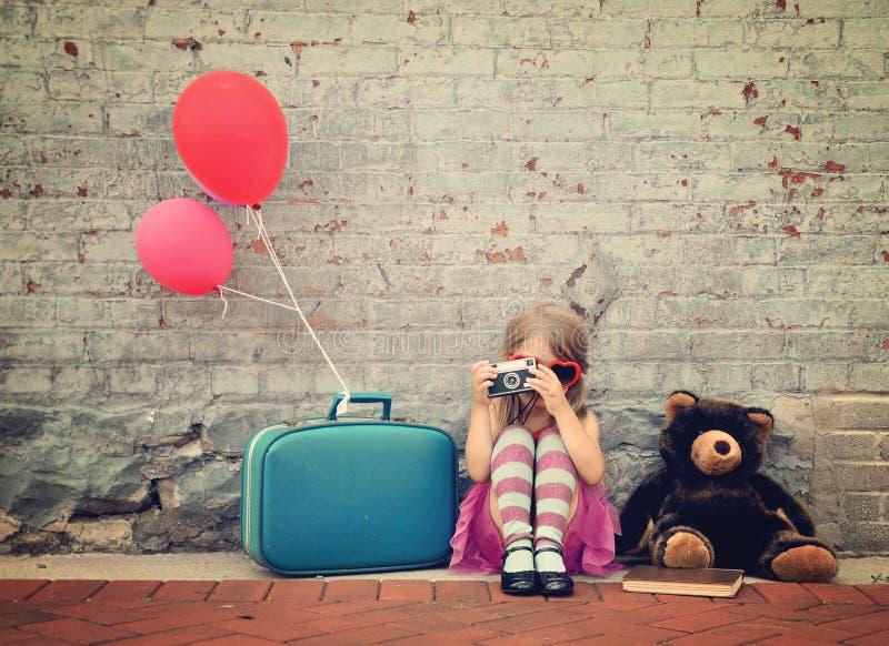 Criança retro que toma a foto com câmera velha fora foto de stock