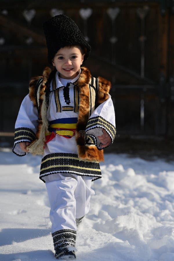 Criança romena que veste o traje tradicional fotografia de stock royalty free