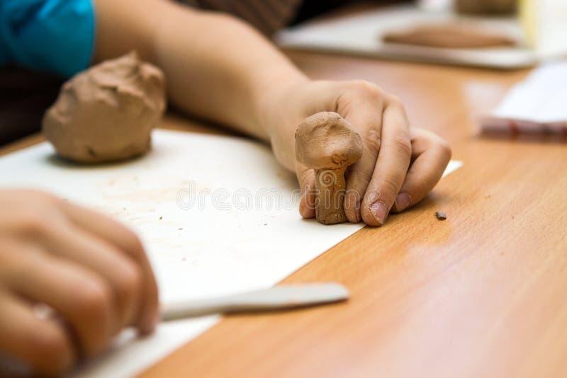A criança sculpts da argila imagem de stock