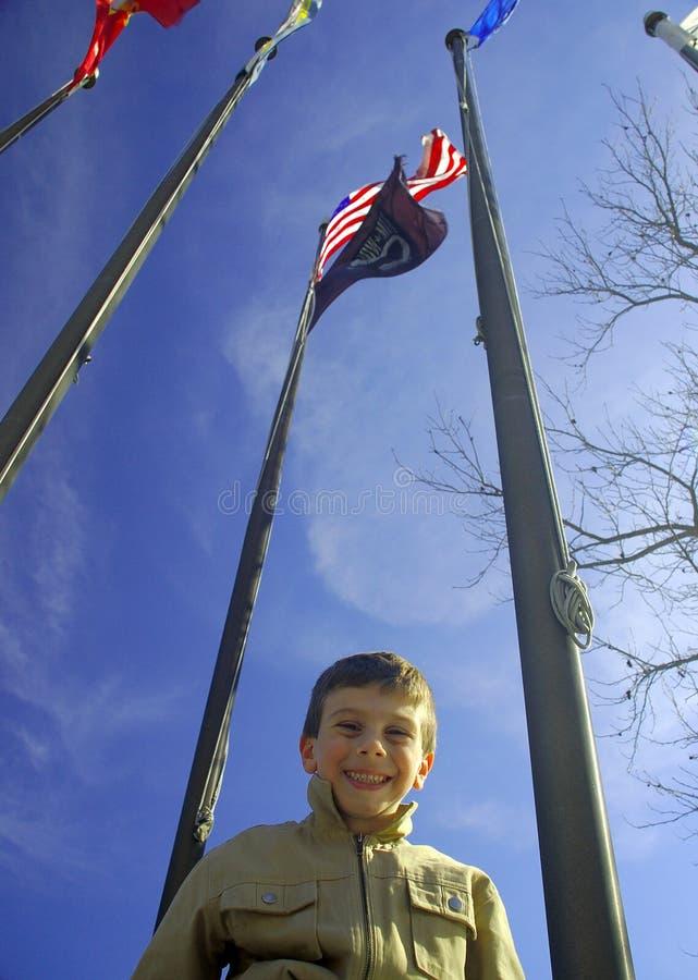 Criança sob bandeiras fotos de stock