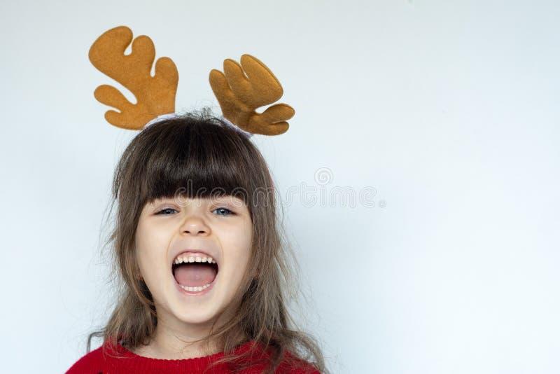 Criança surpreendida bonito no chapéu de Santa Claus, emoções Retrato de riso engraçado da criança imagem de stock