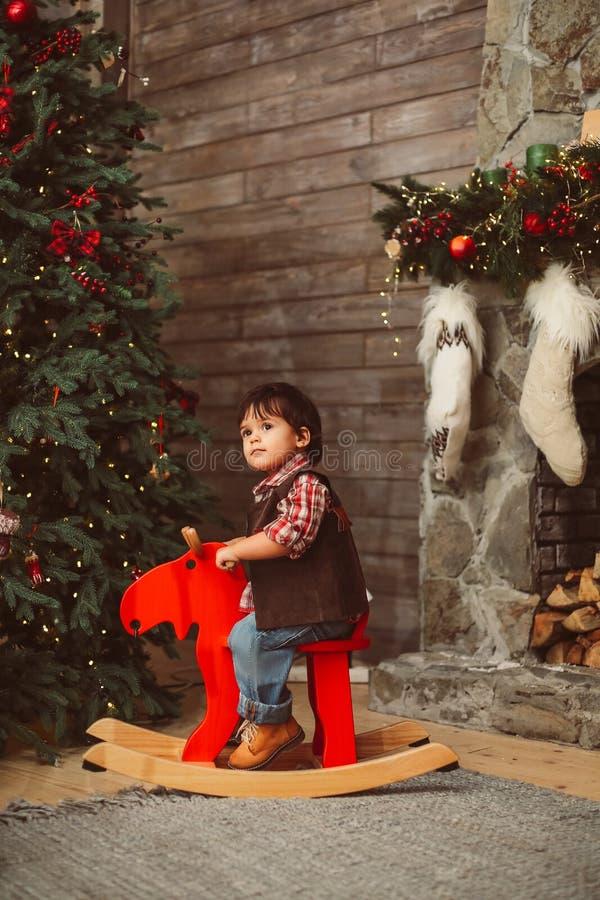 Criança surpreendida em alces de balanço fotos de stock
