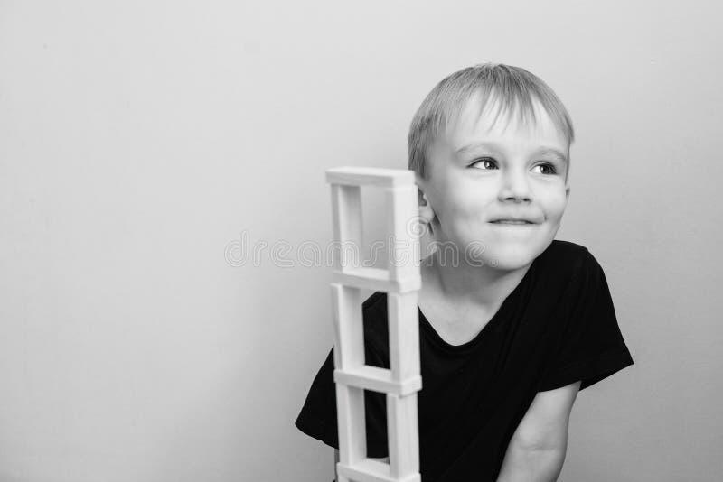 A criança tem a ideia excelente Conceito de Homeschool Jogos de desenvolvimento Sucesso, ideia brilhante, ideias criativas e conc imagens de stock