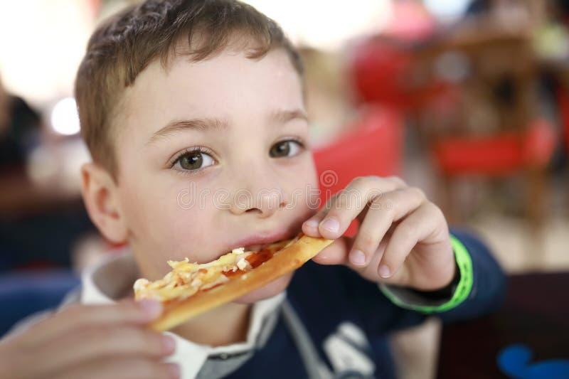 A criança tem a pizza fotos de stock