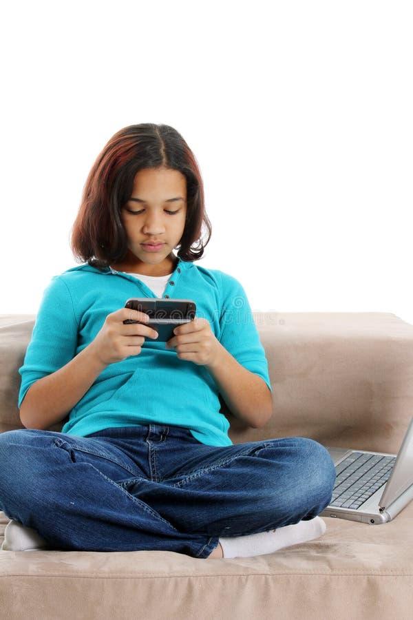 Criança Texting no telemóvel fotos de stock royalty free