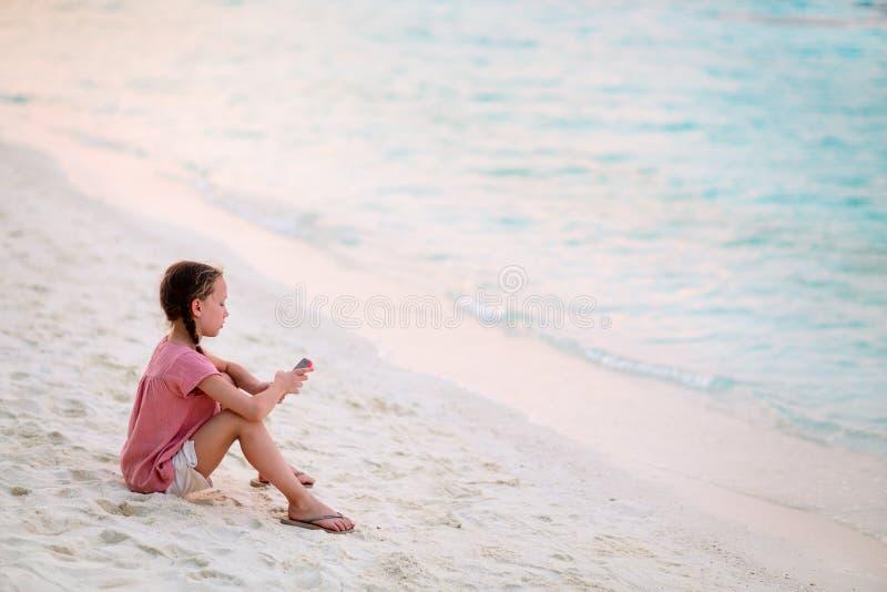 Criança tocando no smartphone imagens de stock