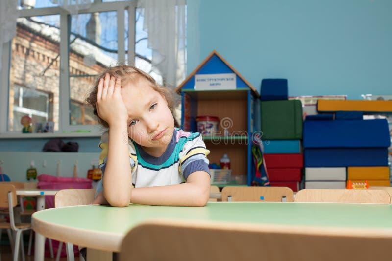 Criança triste no jardim de infância fotografia de stock royalty free