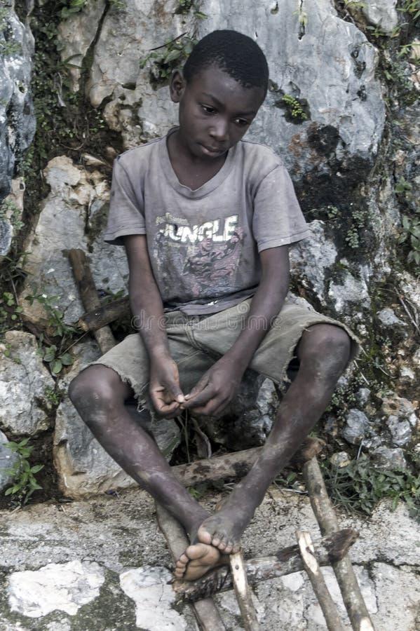 Criança triste que aferra-se para esperar fotografia de stock