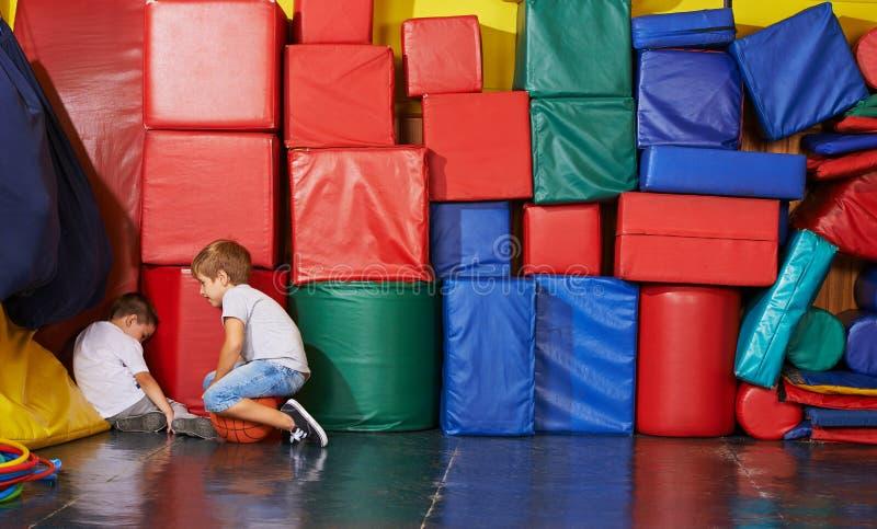 Criança triste que senta-se no canto do gym foto de stock royalty free