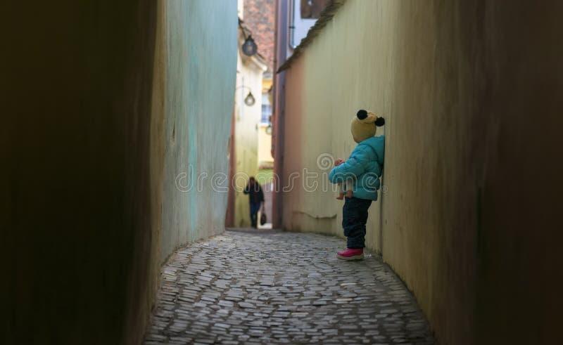 Criança triste sozinha perdida em uma rua imagens de stock royalty free