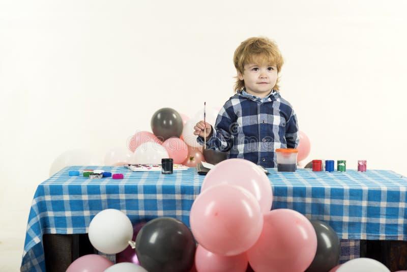 Criança Um menino com balões Sala de crianças para atividades criativas fotografia de stock