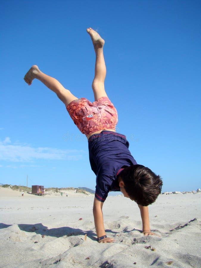 Criança upside-down fotografia de stock