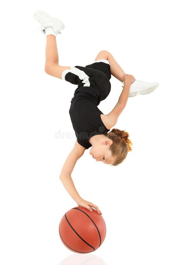 Criança Upsidedown da menina que balança no basquetebol fotografia de stock