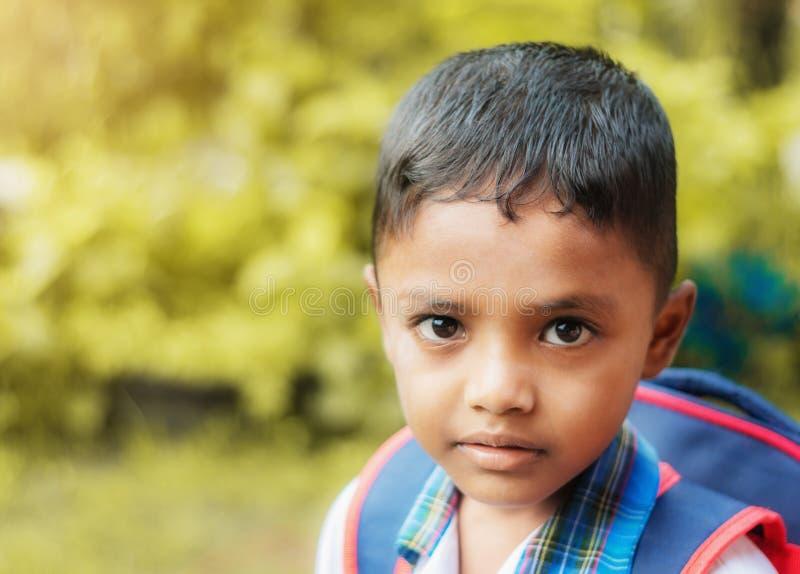 A criança vai à escola na natureza borrada do bokeh foto de stock royalty free