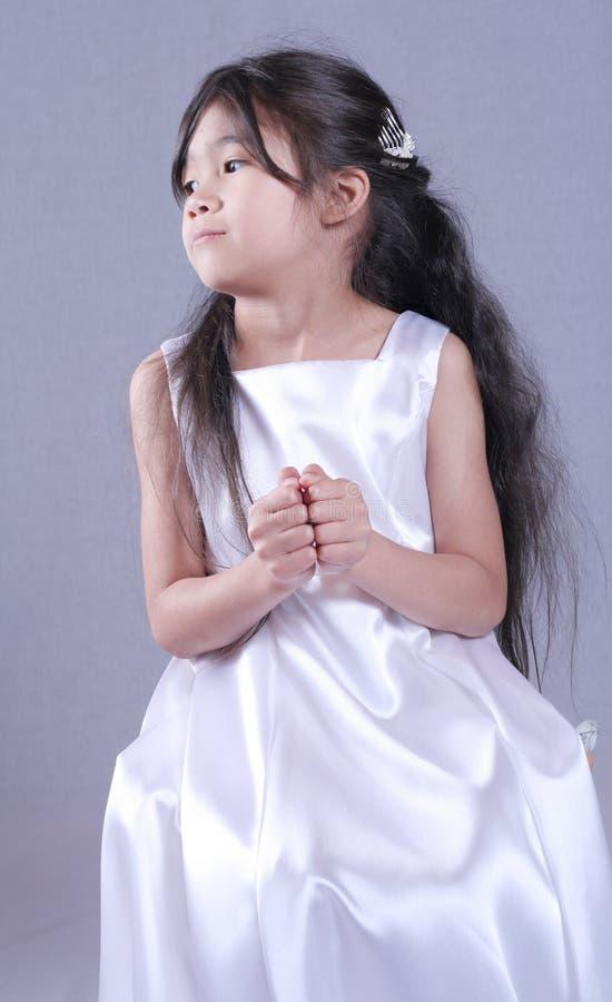 Criança vestida no cetim branco foto de stock