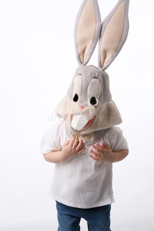 A criança vestiu-se na máscara do coelho, praticando para Halloween fotos de stock royalty free