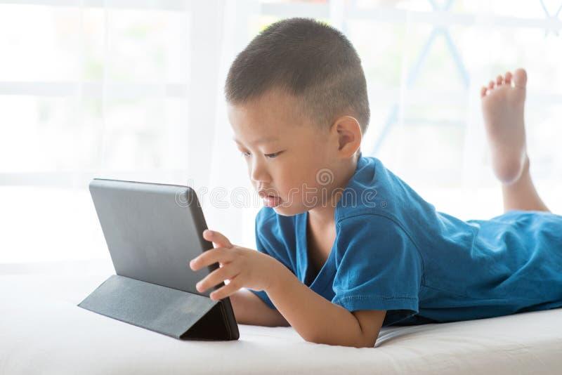 Criança viciado à tabuleta imagem de stock royalty free
