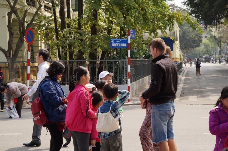 Criança vietnamiana com um par estrangeiro imagem de stock