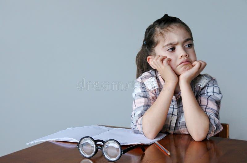 A criança virada não quer fazer trabalhos de casa imagem de stock