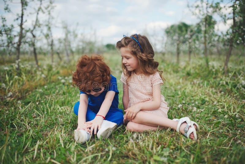 Crianças à moda bonitos no parque do verão imagens de stock royalty free