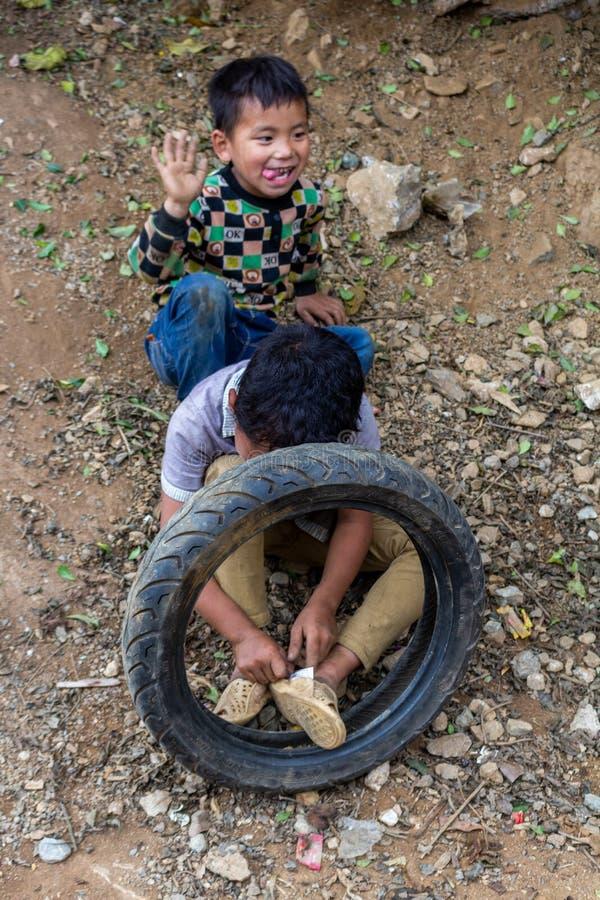 Crianças étnicas de Hmong que jogam Vietname imagem de stock royalty free
