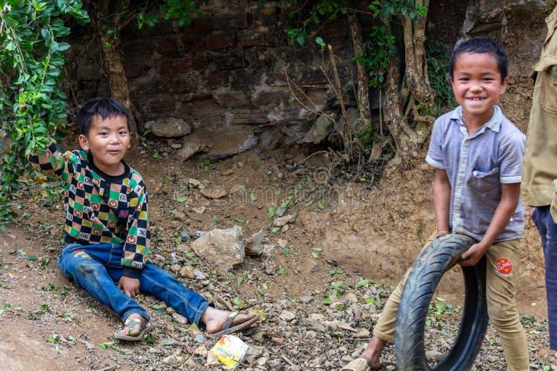 Crianças étnicas de Hmong que jogam Vietname foto de stock royalty free