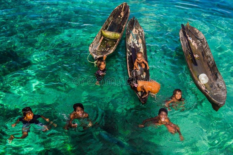 Crianças aciganadas do mar e seu campo de jogos - ilha de Mabul, Malásia fotografia de stock royalty free