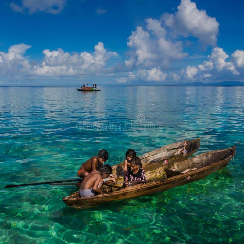 Crianças aciganadas do mar que contam doces foto de stock