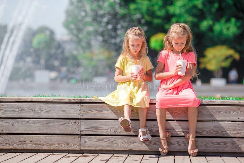 Crianças adoráveis pequenas que comem o gelado no verão foto de stock royalty free