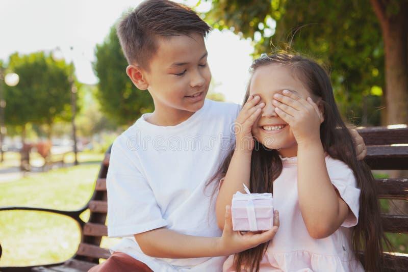Crianças adoráveis que apreciam o dia ensolarado morno no parque foto de stock royalty free