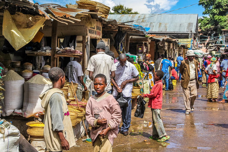 Crianças africanas ao mercado fotografia de stock royalty free