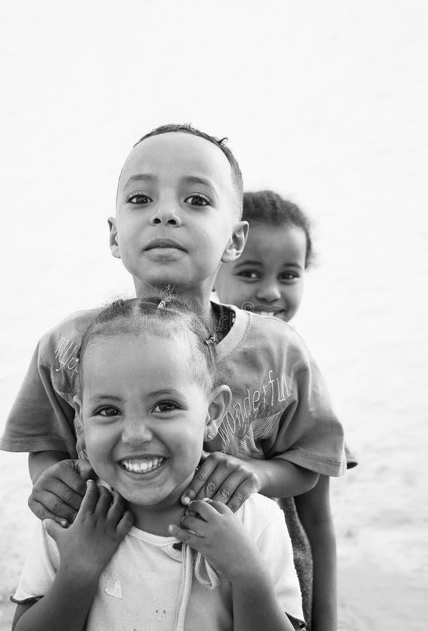 Crianças africanas etíopes de sorriso felizes em harar perto do borde de Somália imagem de stock