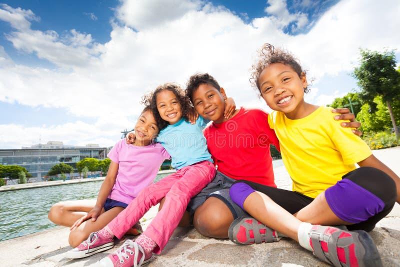 Crianças africanas felizes que passam o tempo pelo rio fotos de stock