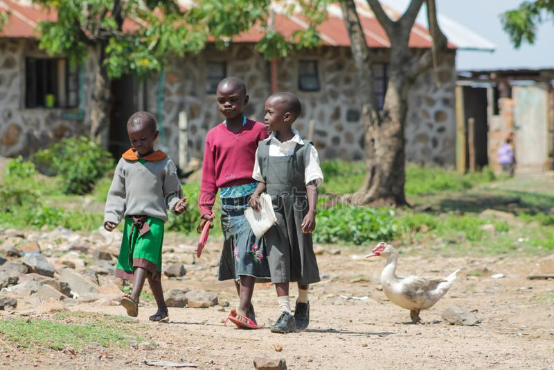 Crianças africanas na rua fotografia de stock