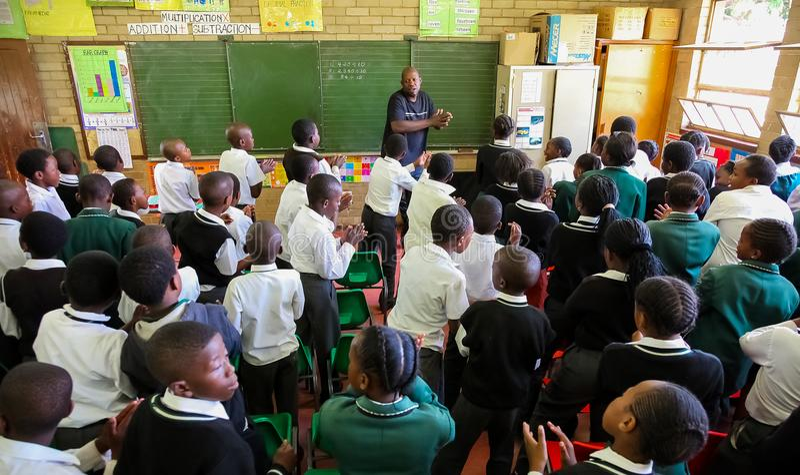 Crianças africanas na sala de aula da escola primária fotografia de stock