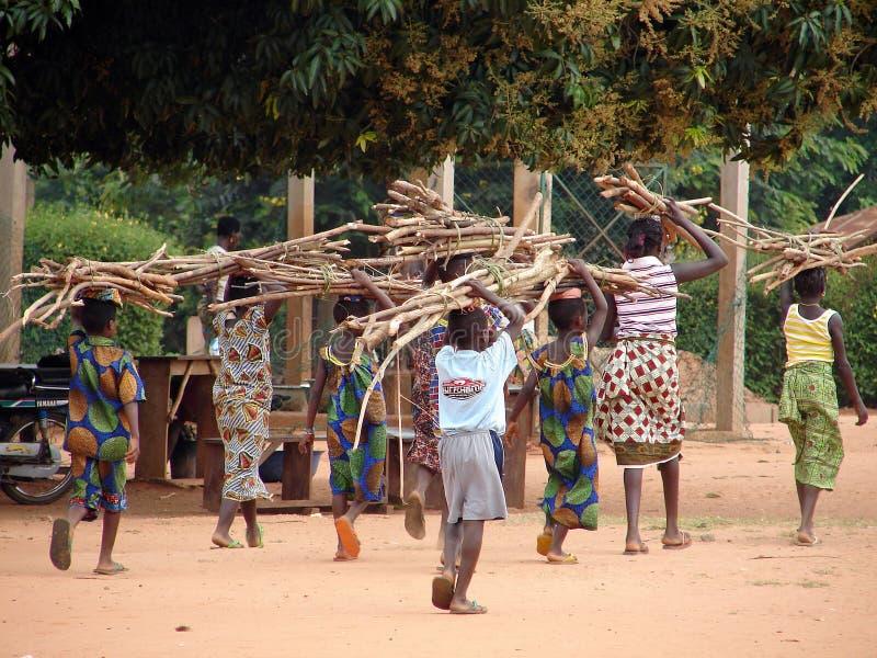 Crianças africanas no trabalho foto de stock