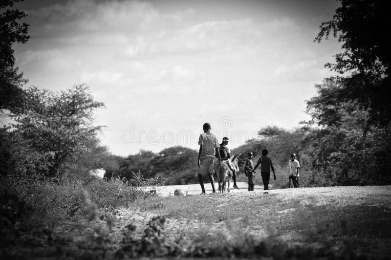 Crianças africanas que andam em casa com futebol fotos de stock royalty free