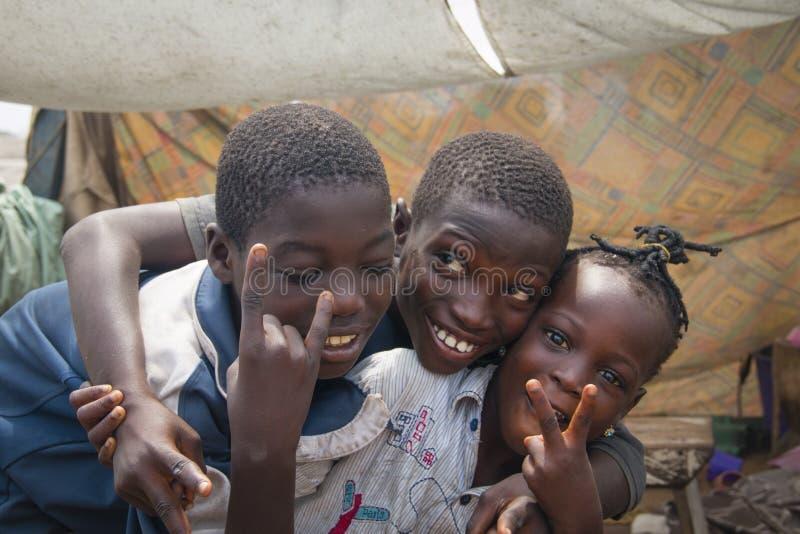 Crianças africanas que fazem o sinal de paz imagens de stock