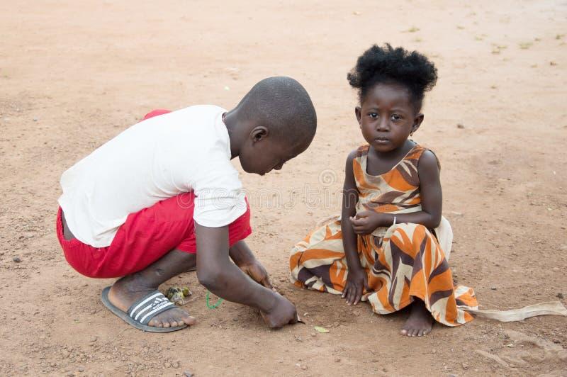 Crianças africanas que têm o divertimento fotografia de stock royalty free