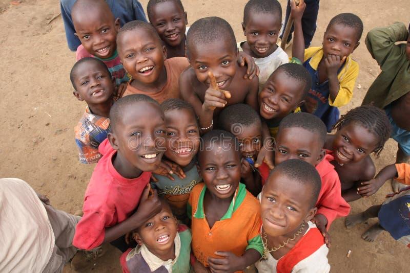Crianças africanas que veem o fotógrafo fotos de stock royalty free