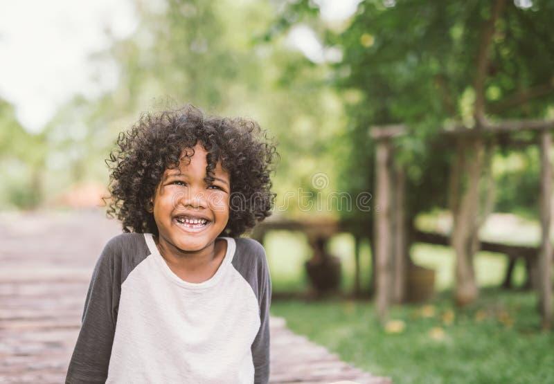 Crianças afro-americanos felizes das crianças do rapaz pequeno alegremente alegres e riso Conceito da felicidade imagem de stock