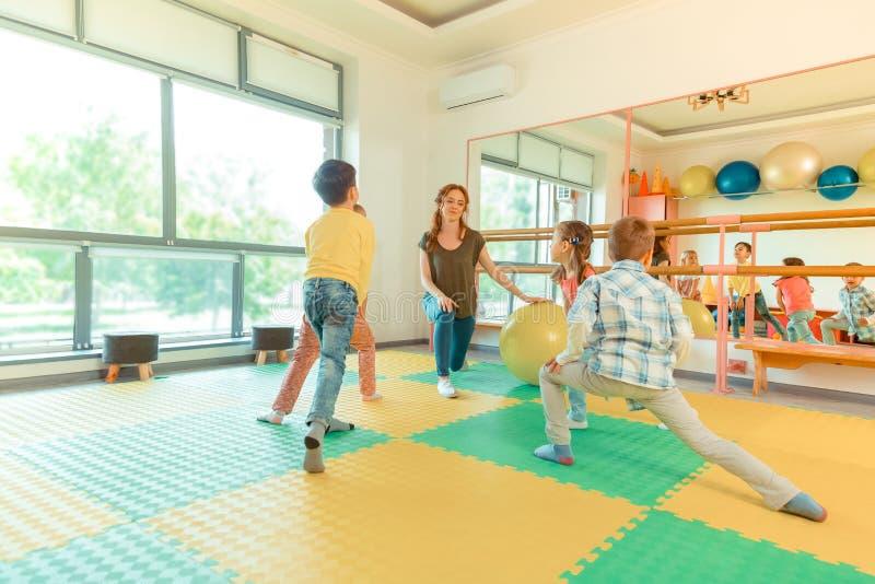 Crianças agradáveis agradáveis que fazem atividades físicas diferentes fotografia de stock royalty free