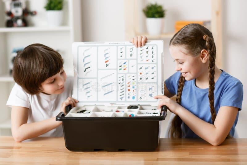 Crianças agradáveis que sentam-se na tabela fotos de stock royalty free