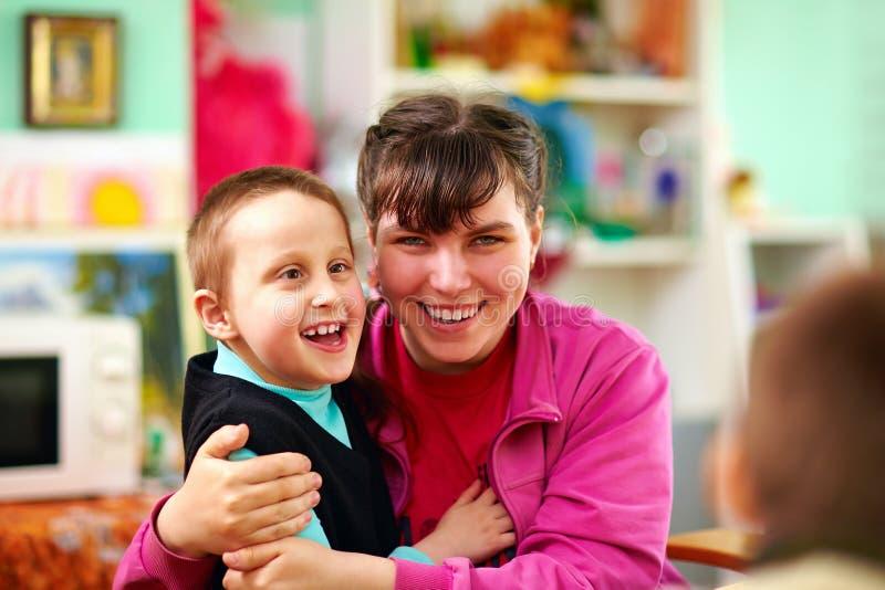 Crianças alegres com inabilidades no centro de reabilitação imagens de stock