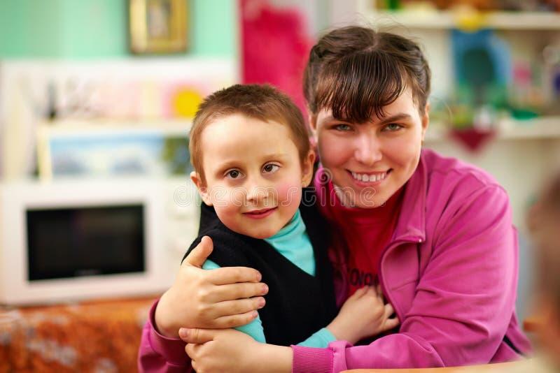 Crianças alegres com inabilidades no centro de reabilitação imagem de stock
