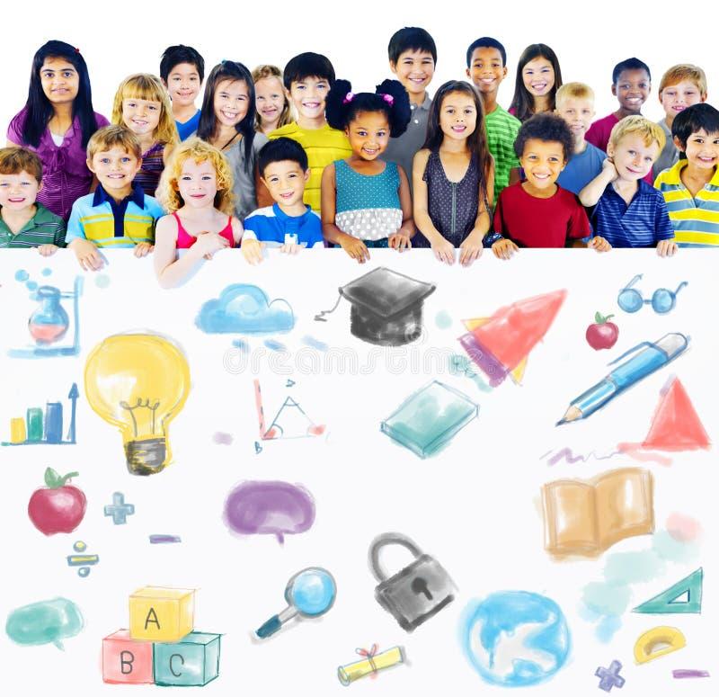 Crianças alegres diversas que guardam o partido da palavra fotos de stock