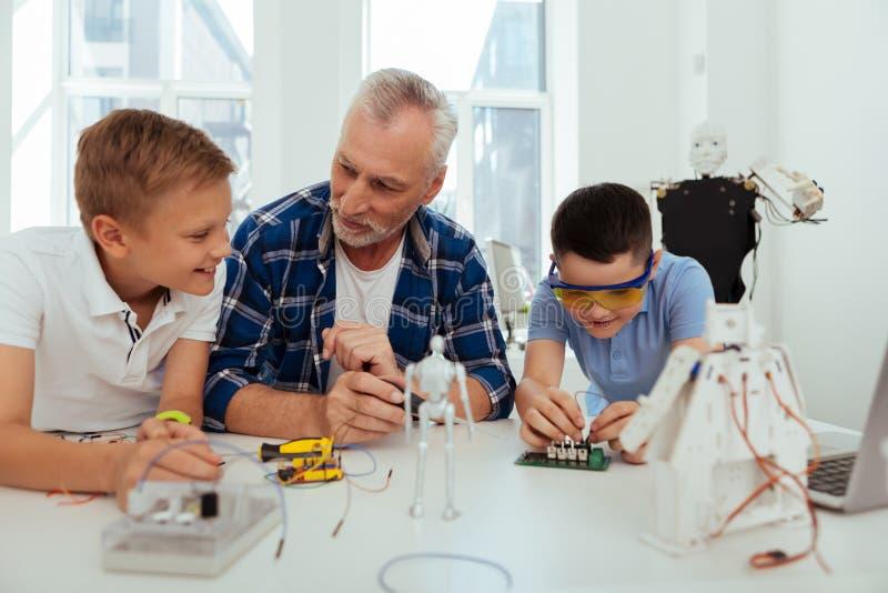 Crianças alegres positivas que têm uma classe prática foto de stock