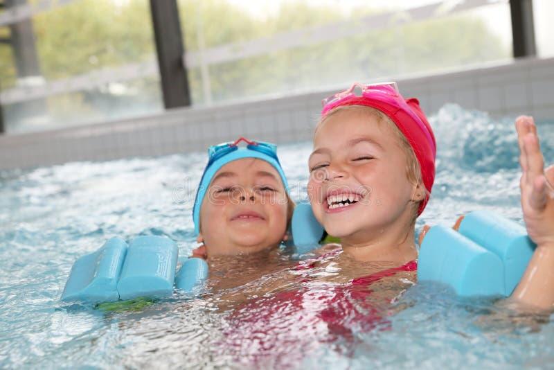Crianças alegres que jogam na piscina imagens de stock