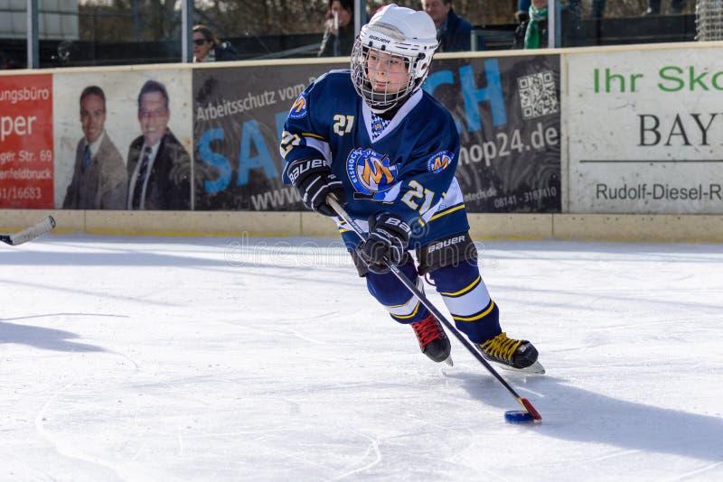 Crianças alemãs que jogam o hóquei em gelo fotografia de stock royalty free
